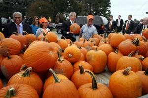 George_W._Bush_w_pumpkins_101906